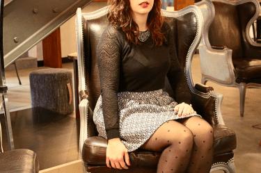 jupe en laine assise bouche mademoiselle-e