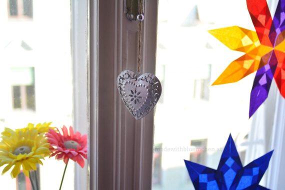 Die Tochter hat sich das Silberherz umgehend für ihr Fenster gesichert und es gleich neben den Papiersternen aufgehängt.