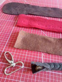 Die Henkel werden aus Seil, mehreren Lagen Fleece und außen Leder genäht.