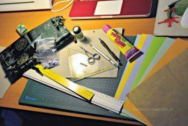Material: Papiere, Kleber, Farben, Messer, Schere, Pinzette, Lineale