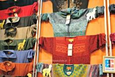 Kleidung in warmen Farben mit modernen Mustern