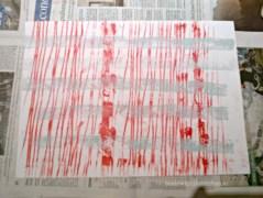 rote Wollfädenspuren und Häkelborte in Morgentau