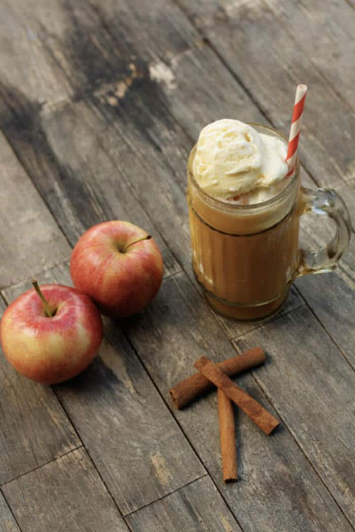 Spiked Apple Cider Float | 20+ Fall Cocktail Recipes | Holiday Entertaining with Fall Recipes | Pumpkin, apple and cinnamon cocktails | www.madewithHAPPY.com