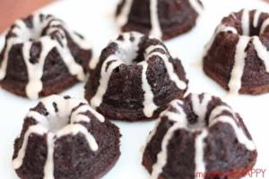 mini-gingerbreak-cakes-cinnamon-vanilla-yogurt-frosting