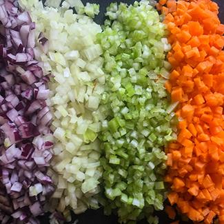 Den skønne forening af rødløg, løg, selleri og gulerødder.