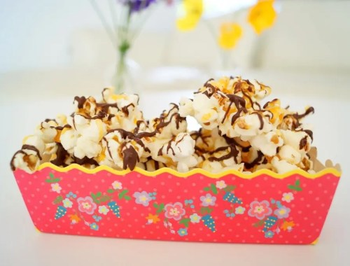 Popcorn med karamel og chokolade