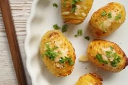 Hasselbagte kartofler med hvidløg og parmesan