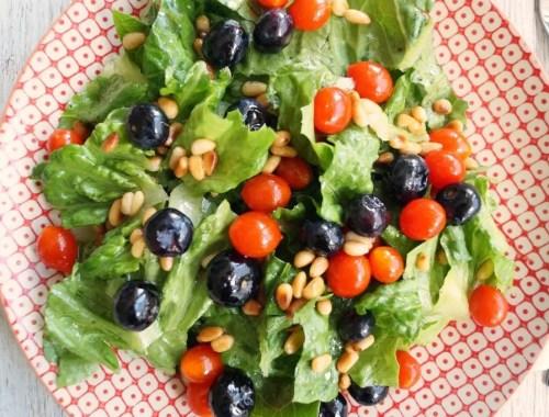 Salat med mini tomater, blåbær og vinaigrette