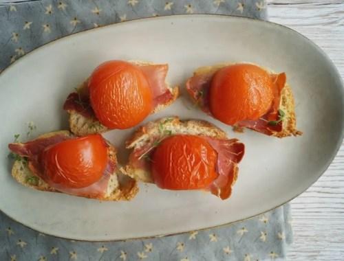 Bruschetta med parmaskinke, tomat og oliven