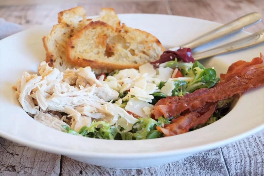 Cæsarsalat med kylling og bacon