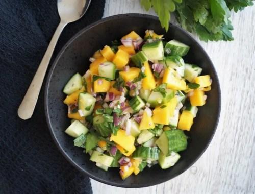 Mangosalat med agurk og rødløg