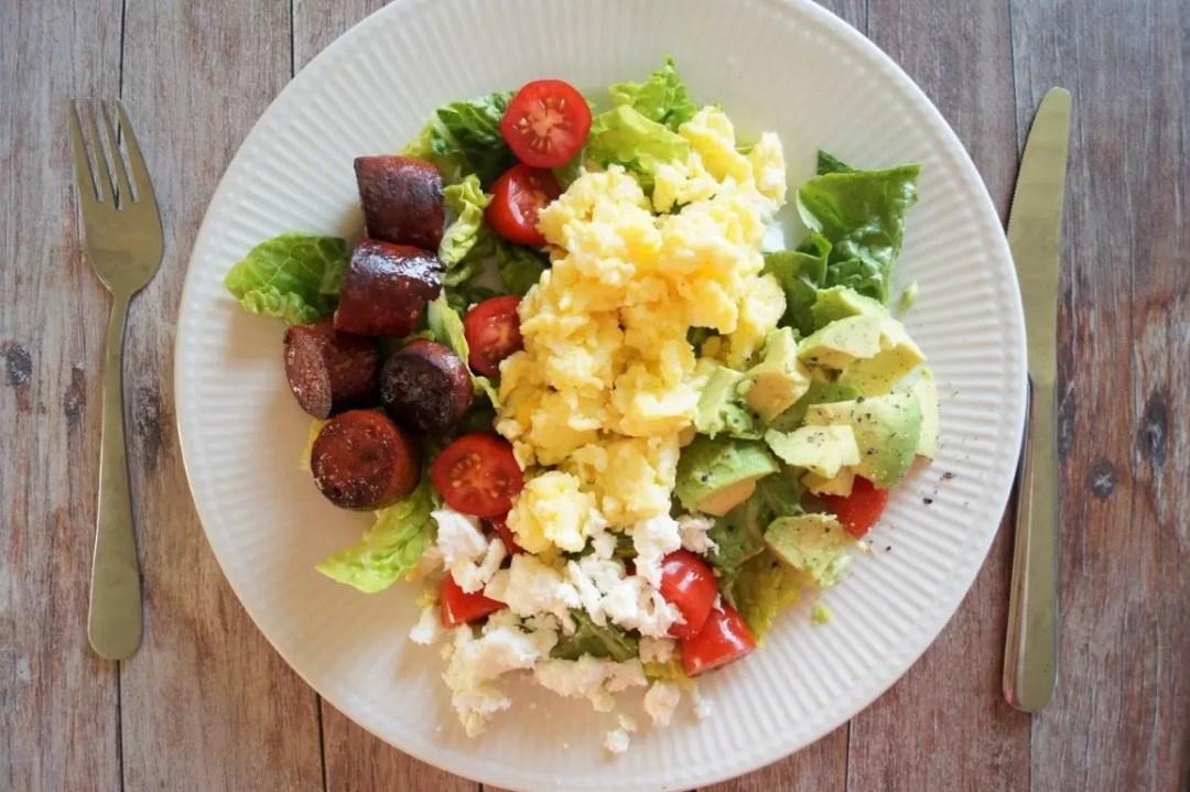 Salat med chorizo, røræg og avocado
