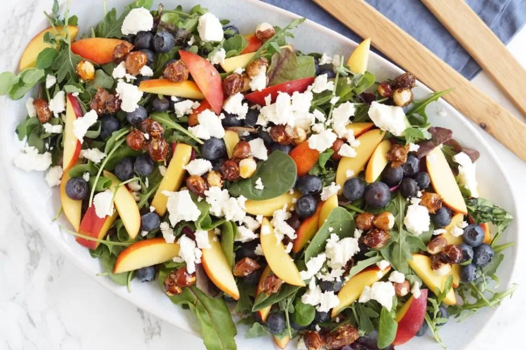 Salat med nektariner, feta og karamelliserede hasselnødder