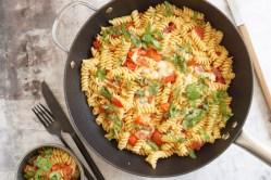 Pasta med mozzarella og tomat