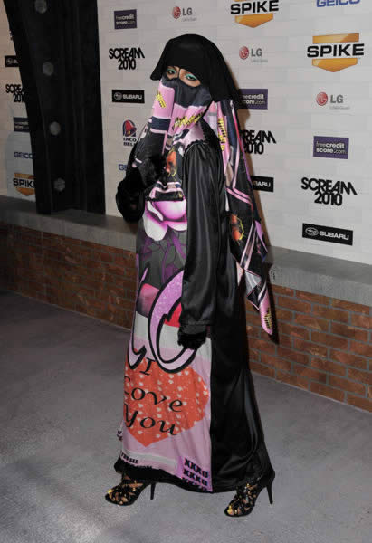 M.I.A en burqa aux Scream Awards 2010 MIA burqa scream awards 2