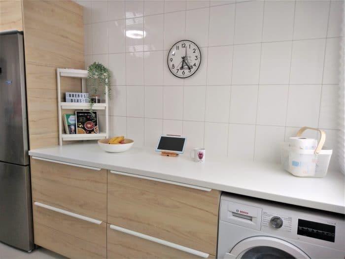 Cocina de Ikea Askersund y Kungsbacka , encimera Saljan blanco