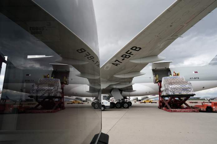 Llega a Barajas el primer avión de la Comunidad de Madrid con 58 toneladas de material sanitario 10