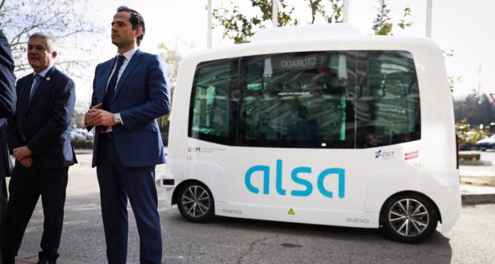 Primer viaje de un autobús público sin conductor en España... con percance 1