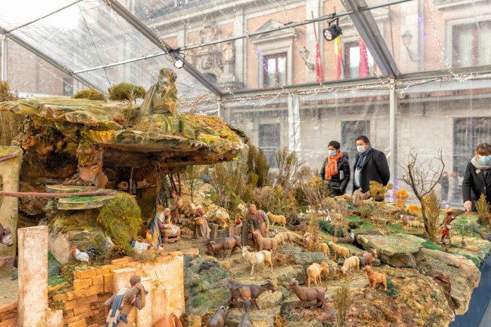 Un espectacular belén exterior con más de 150 figuras engalana la plaza de la Villa 1