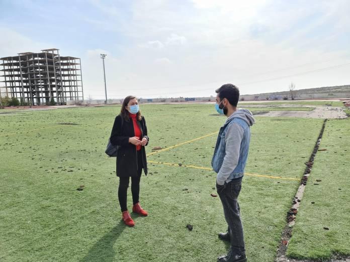 Raquel Jimeno y Javier Morgado revisando el césped del campo 2