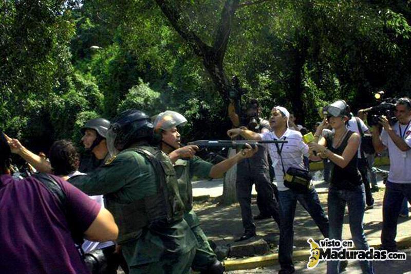 Violencia en Venezuela Guardias Nacionales apuntando a medios de comunicación