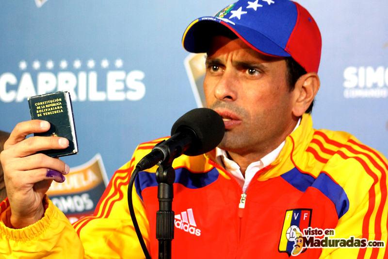 Henrique-Capriles-Radonski-con-la-Constitucion-de-Venezuela-800x533
