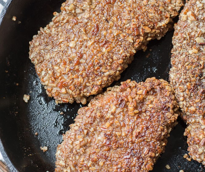 These delicious Pecan Crusted Pork Chops are an easy 30 minute weeknight meal! #glutenfree #keto #easyrecipe