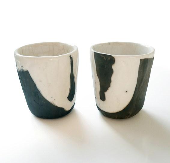 deux gobelets estampés, terre blanche, émail transparent, haut 10 cm
