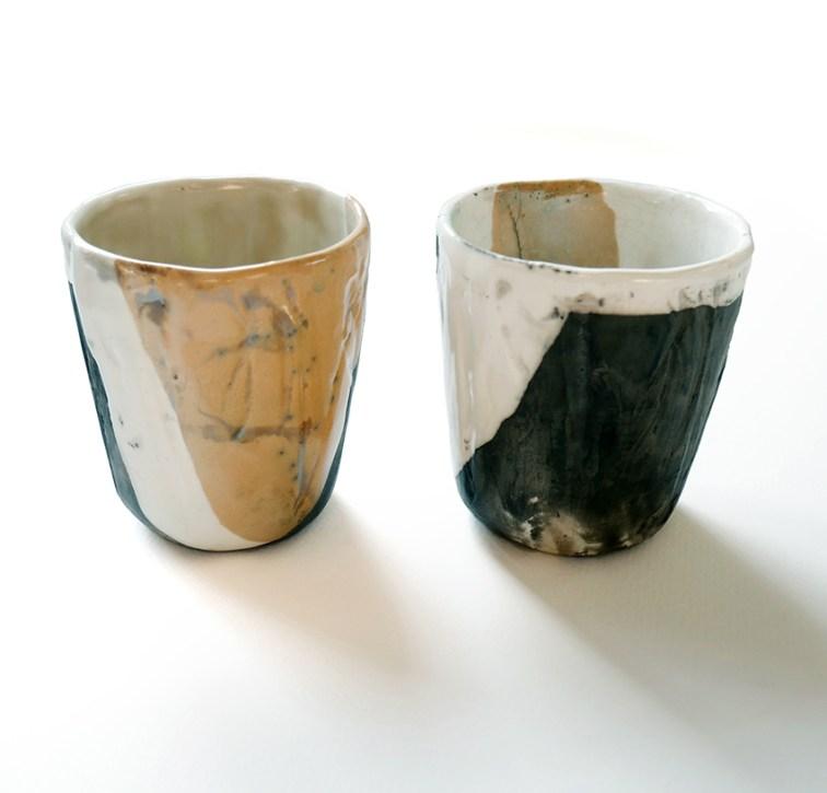 deux gobelets estampés, terre blanche et engobe orangée, émail, haut 10 cm transparent