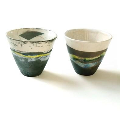 deux gobelets, terre blanche, oxyde cobalt, émail transparent, vert et turquoise, diam 9 cm, haut 11 cm