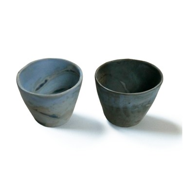 deux gobelets bleus diam 9 cm haut 9 cm