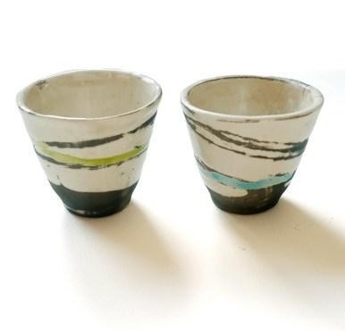 deux petits gobelets, terre blanche, émail transparent, vert et turquoise, diam 6 cm haut 7 cm