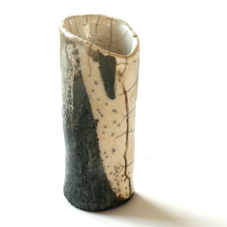 Vase, terre blanche, engobe grise, émail transparent, haut 25 cm