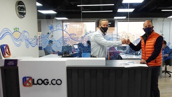 Felipe Bermudez, Commercial Manager of Hamburg Süd (left) and Janan Knust, Founder & CEO of KLog.co signing the TradeLens agreement.