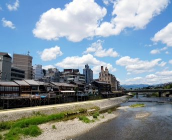 Un large fleuve traverse la ville. On peut se promener le long du fleuve ou manger dans les restaurants qui ont une terrasse qui donnent dessus. Très agréable, très beau, très aéré !