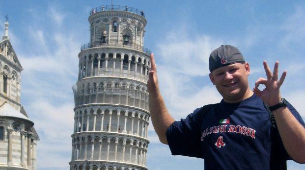 Tror du att mannen på bilden håller uppe tornet?