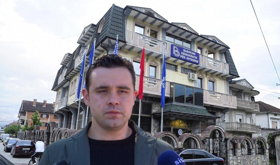 Костадинов пред канцеларијата на Бујар Османи: Граѓаните не сакаат нечесни политичари!