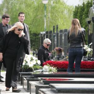 Дивна денес би наполнила 62 години: Болката се уште не стивнува, Карлеуша го посети гробот на мајка си