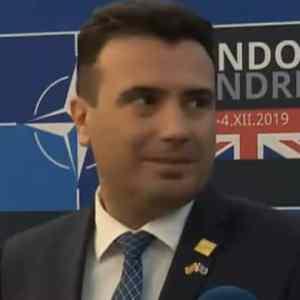 Тања клекна пред неговите нозе, премиерот Заев поцрвене од срам (ВИДЕО)