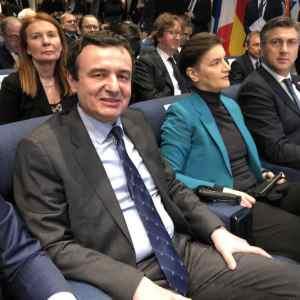 Брнабиќ во сендвич помеѓу Курти и Пленковиќ: Тие се смеат, а нејзината реакција ја воодушеви Србија