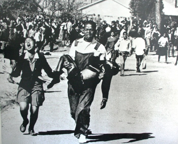 L'Apartheid et ses «Nazis»: massacres des enfants noirs (Archives Soweto).