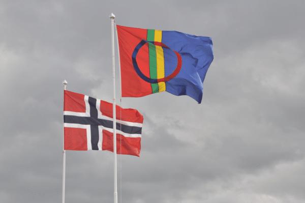 """Drapeau norvégien (à gauche) et celui du peuple """"Sami"""""""
