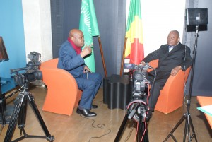 L'homme d'Etat Benoît Koukebene et le journaliste Lilo Miango:avant l'émission.