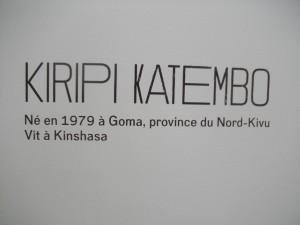 Un descriptif de Kiripi Katembo affiché à la Fondation Cartier.