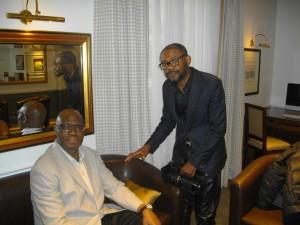 L'écrivain Kama avec le reporter d'images Wazule avant l'interview filmée.