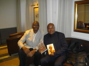 L'interview vient de se terminer: l'écrivain Kama et le journaliste Lilo Miango.