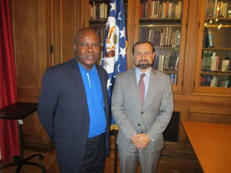 Envoyé spécial américain Tom Perriello et  journaliste Lilo Miango.