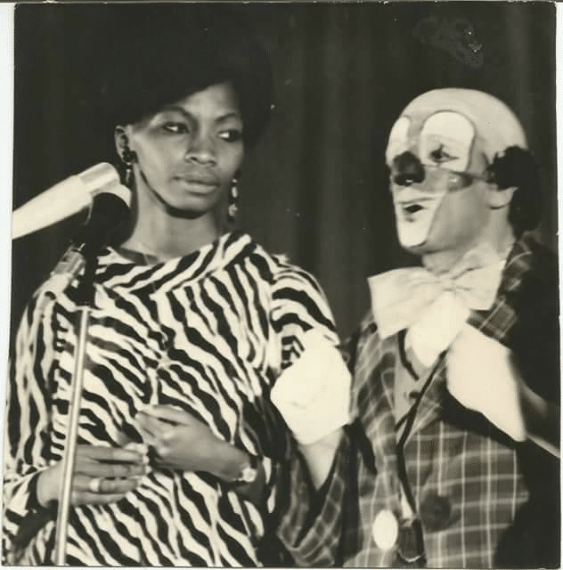 Jackie Betoko et un clown pour le bonheur des petits et grands de l'émission télévisée  «Bonsoir les petits».