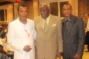 """Mingiedi Joseph """"vieux Pelé"""", compagnon de classe du capitaine Kibonge, entouré de Mayanga Adelar(g.)  et Kakoko Etepe(dr.)"""