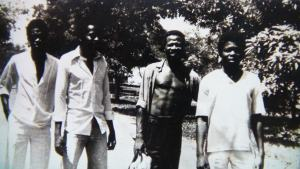Nila Mbungu et Papa Wemba chemise ouverte et chaussures à la main droite au Congo-Kinshasa